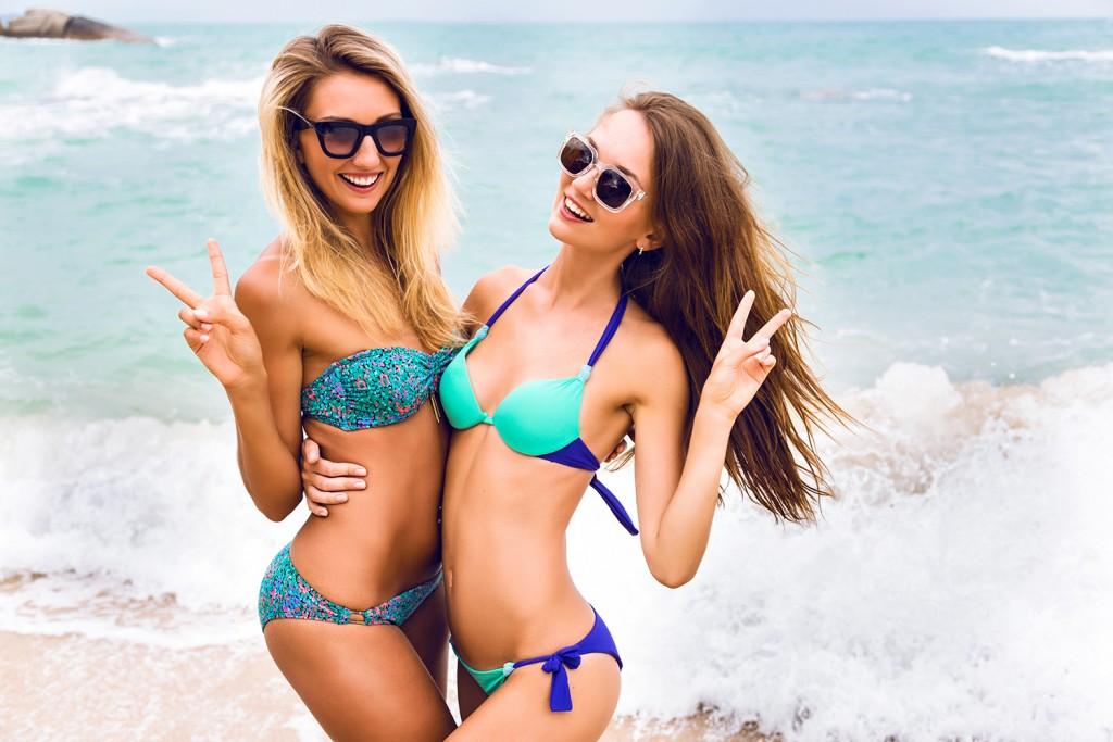 deux filles en bikinis